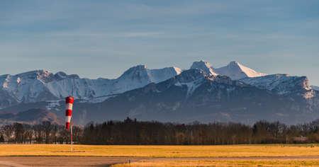 산 정상 앞 작은 비행장. 산에 일몰입니다. 스톡 콘텐츠 - 99861400