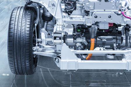 Châssis de la voiture électrique hybride avec groupe motopropulseur. Entretien de la voiture. Bleu tonique.