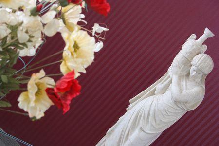 Escultura de una mujer con las flores Foto de archivo - 316441