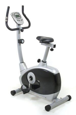 Bicicleta estacionaria. Gimnasio máquina. Salud y fitness objeto más de fondo blanco. Tengo más