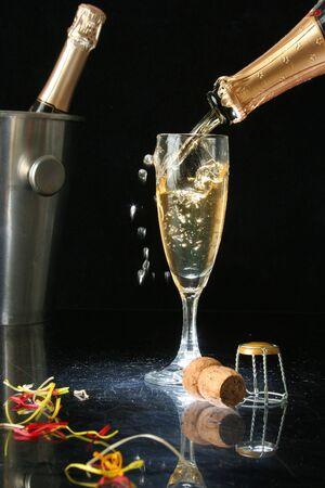 Einen Champagner gießend, geriffelt für Feierzeit (mit confetti)
