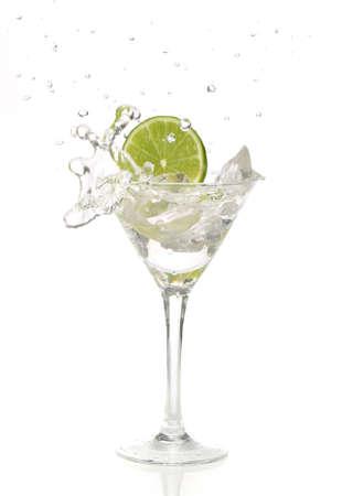 copa martini: Verde lima salpicaduras en un vaso de martini