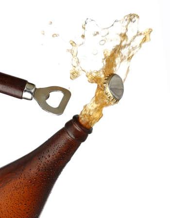 Het openen van een fles koud bier, splash afbeelding. Witte achtergrond