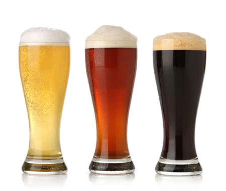 bier glazen: Drie ijskoud biertje, geïsoleerd op wit Stockfoto