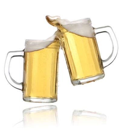 vasos de cerveza: Par de vasos de cerveza, haciendo un brindis. Cerveza salpicadura Foto de archivo