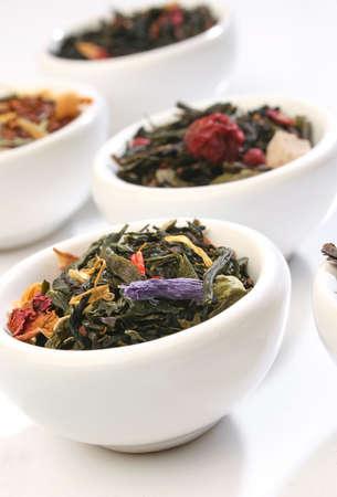 hojas de te: Varios platos de mezclas de hojas de t� premium, m�s de blanco Foto de archivo