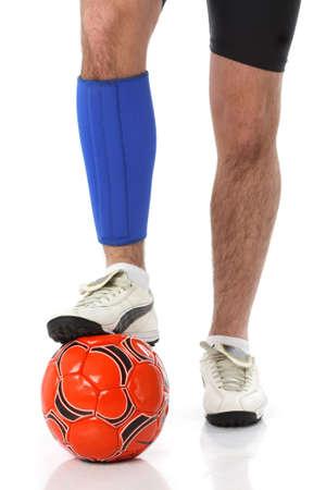 Fußball-Spieler mit einem Neopren-Schiene, über weiße
