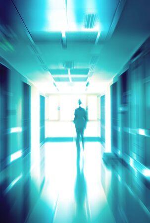 Doctor unter in ein Krankenhaus-Saal