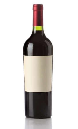 botella de licor: Botella de vino aislada con etiqueta en blanco  Foto de archivo