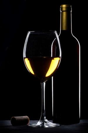 wei?wein: Wei�er Wein Flasche und Glas Silhouette �ber schwarzem Hintergrund