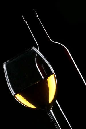 white wine bottle: Silueta blanca de botella y vaso de vino sobre fondo negro