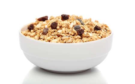 cereales: Granola desayuno en un taz�n sobre fondo blanco