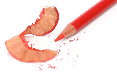 sacapuntas: Un lápiz afilado recientemente rojo sobre blanco