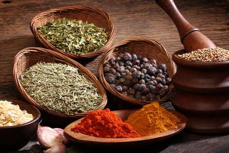 indian spices: Verschillende kruiden over een houten achtergrond Verschillende kleuren en texturen Stockfoto