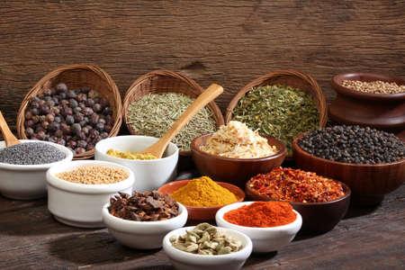 indian spices: Verschillende kommen van kruiden over een houten achtergrond