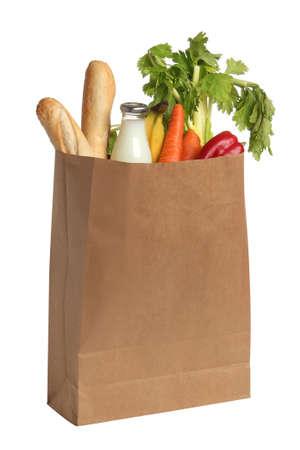 Papiertüte mit Lebensmitteln auf weißem Hintergrund Standard-Bild
