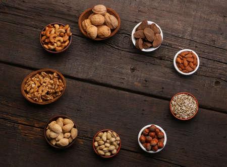 Gruppe von köstlichen getrockneten Früchten auf einem hölzernen Hintergrund. Nüsse, Mandeln, Pistazien