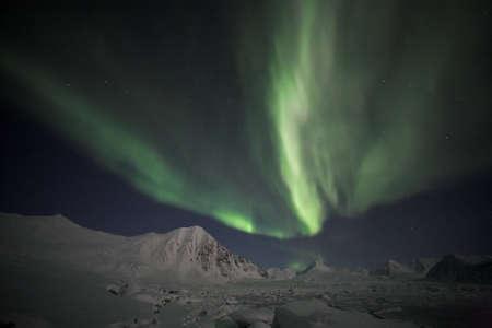 magnetosphere: Incantate Northern Lights sull'Arcipelago delle Svalbard Archivio Fotografico