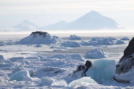 Paysage d'hiver de l'Arctique - la glace sur le fjord gelé