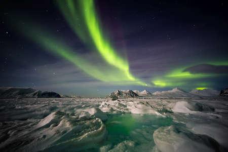 radiacion solar: Mágico paisaje ártico - Luces del Norte Foto de archivo
