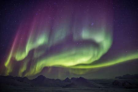 Earth の磁場、電離層、太陽活動に関連する北極光 (オーロラ) の自然現象。太陽嵐。
