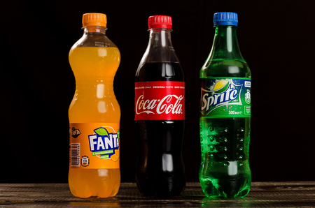 Coca Cola, Fanta, Sprite sobre un fondo oscuro