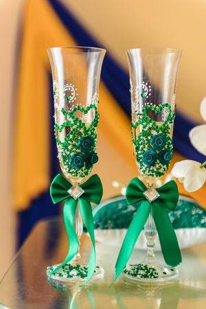 wedding glasses decorated with green cloth Foto de archivo