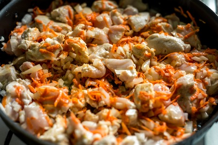 Cocinar, zanahorias en rodajas y carne frita en una sartén. Marco horizontal Foto de archivo