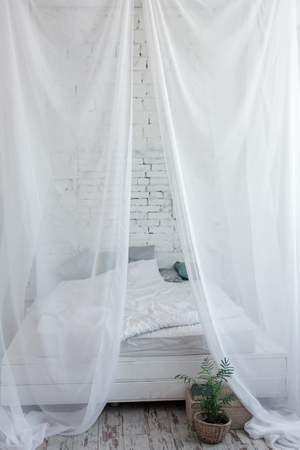 White large canopy bed on top. Vertical frame 版權商用圖片 - 123955506