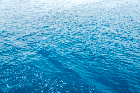 trama blu mare o acqua dell'oceano full frame. Cornice orizzontale