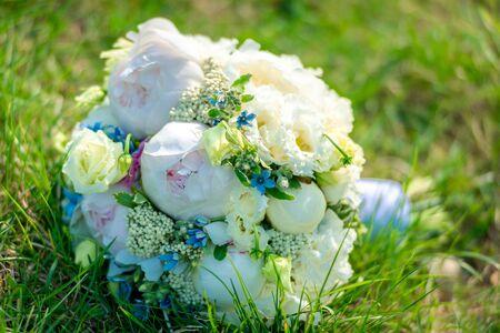 beautiful bright wedding bouquet lies on the grass. 免版税图像 - 145840819