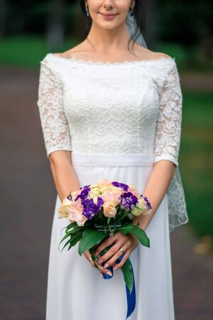 bride in a white dress with a beautiful bouquet, close-up. 免版税图像 - 147770350