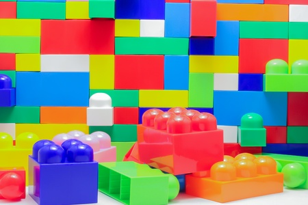 Een muur van grote blokken van speelgoed