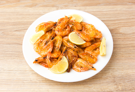 Fried shrimps with lemon. Shrimp fried in a frying pan with butter and garlic. Banco de Imagens