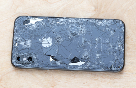 Rostov-on-Don, Russie - décembre 2018. L'iPhone XS cassé se trouve sur une surface en bois. Nouveau smartphone de la société Apple cassé sur une table en bois. Éditoriale