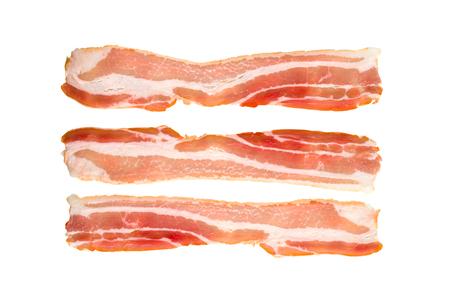 Una fetta di pancetta su uno sfondo bianco. Tre pancetta cruda si chiudono su uno sfondo bianco.