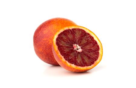 Krwawa pomarańcza na białym tle. Czerwona pomarańcza i plasterek na białym tle. Zdjęcie Seryjne