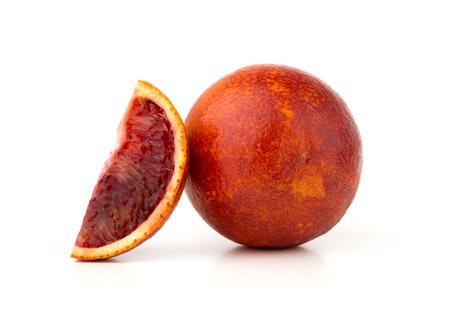 Krwawa pomarańcza na białym tle. Czerwona pomarańcza i plasterek na białym tle.