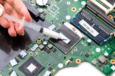 Reemplazo de pasta térmica en una computadora portátil. Aplicar pasta térmica al procesador de la computadora portátil.