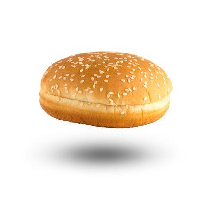 Pain à hamburger sur fond blanc. Bun coupé en deux gros plan sur un fond blanc.