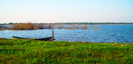 Old Wooden Boat On River 写真素材 - 102590712