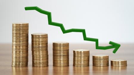 財務コンセプトの減少におけるコインの積み重ね。 写真素材