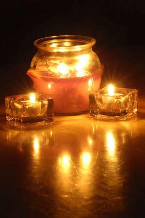 flickering: De cerca de varias velas brillantes con un fondo oscuro  Foto de archivo
