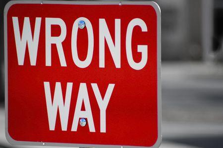 Rode straat ondertekenen waarin staat verkeerde manier richting Stockfoto - 687654