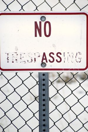 no trespassing: No Registrarse Entrar ilegalmente con valla y nieve en el fondo