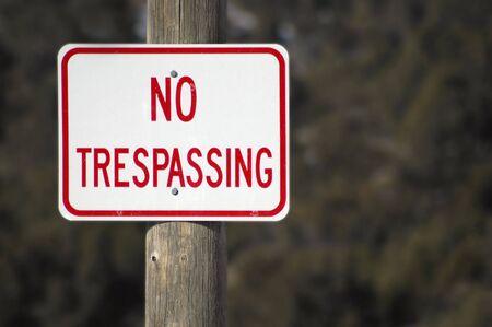 no trespassing: Ninguna muestra de violaci�n con la cerca y nieve en fondo Foto de archivo