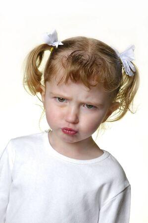 making faces: Bambina vestita di bianco che si affaccia espressioni