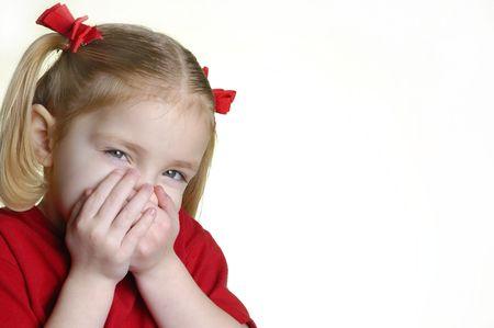 making faces: Bambina vestita in rosso che si affaccia espressioni