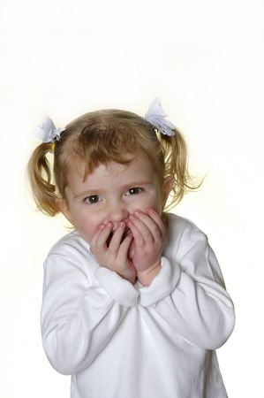 making faces: Bambina vestito di bianco che si affaccia espressioni