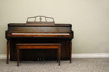 piano: Vista interior de piano y un banco en casa Foto de archivo